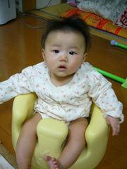 Bumbo バンボ ベビーソファ に座る赤ちゃん